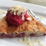 Proteínový koláč s jahodami