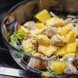 Mangový salát s krůtím masem a lahůdkovým droždím