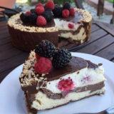 Dvojfarebný cheesecake s krémom a čokoládovou polevou