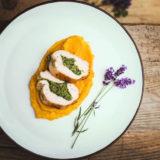 Batátovo-petržlenové pyré a kuracie prsia plnené kelom a syrom